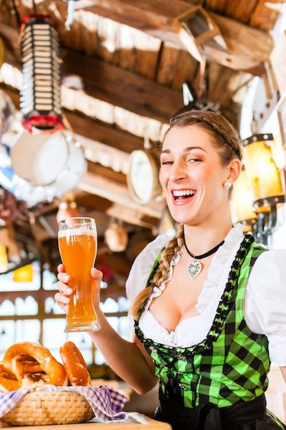 Beierse vrouw drinken witbier Premium Foto