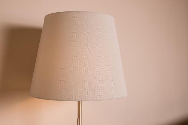 Beige lamp op beige achtergrond Premium Foto