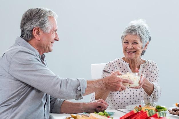 Bejaard paar dat ontbijt heeft Premium Foto