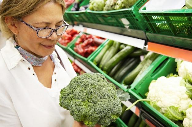 Bejaarde in supermarkt Gratis Foto