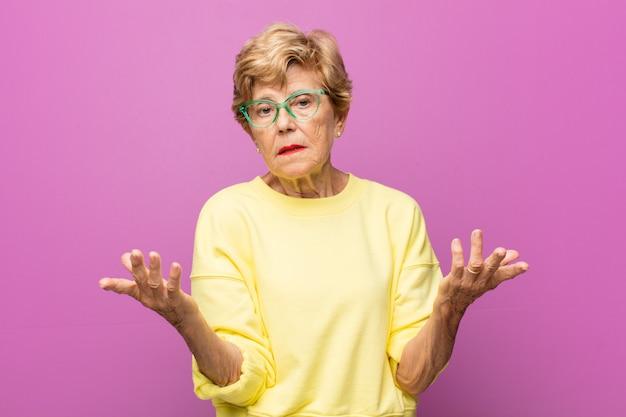 Bejaarde mooie vrouw portret Premium Foto