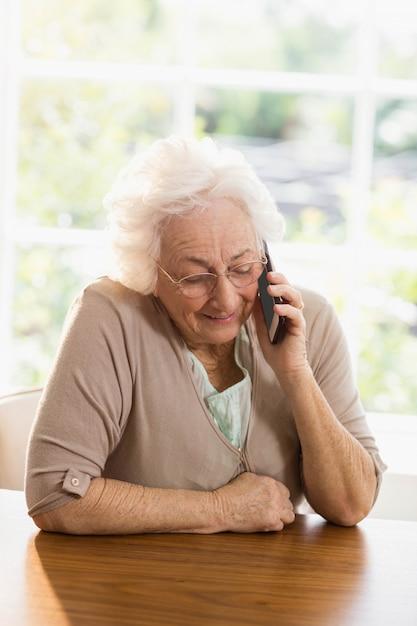 Bejaarde telefoon die thuis roept Premium Foto