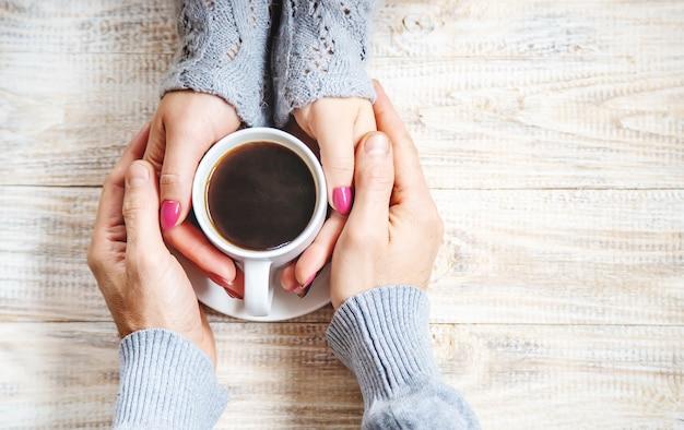 Beker drinken voor ontbijt in de handen van geliefden. selectieve aandacht. Premium Foto