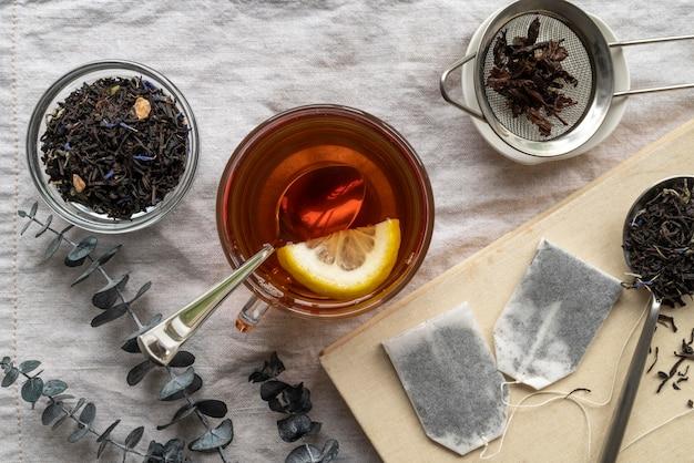 Beker met aromatische thee op tafel Gratis Foto