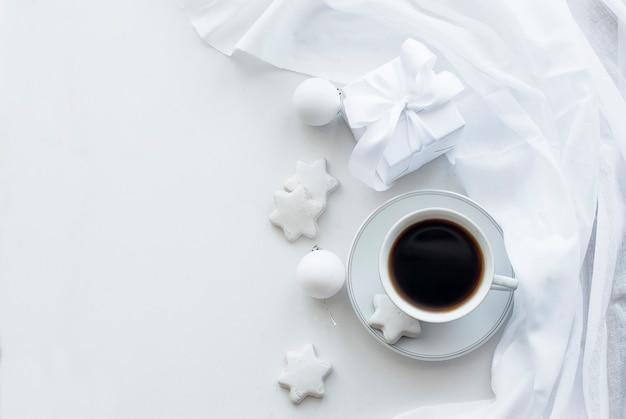 Beker met koffie, koekjes en kerstballen, high key Premium Foto
