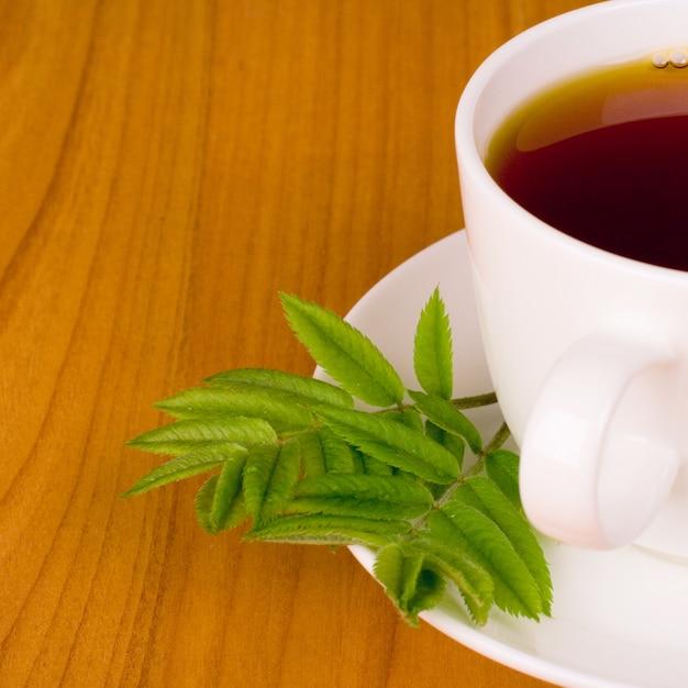 Beker van zwarte thee met kruiden Premium Foto