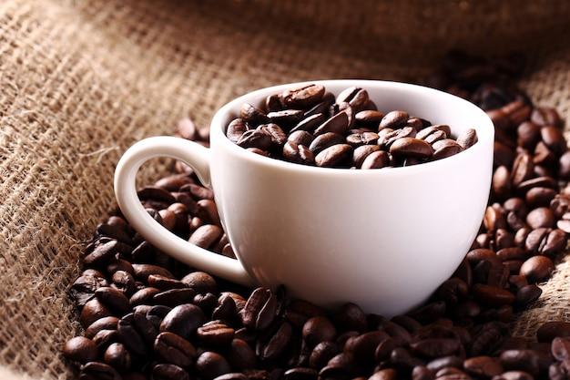 Beker vol koffiebonen Gratis Foto