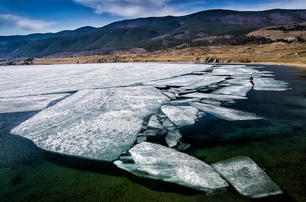 Bekijk boven grote prachtige meer baikal met ijsschotsen drijvend op het water, rusland Premium Foto