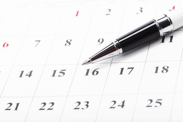 Bekijk de datums in een zakelijk kalenderconcept Premium Foto