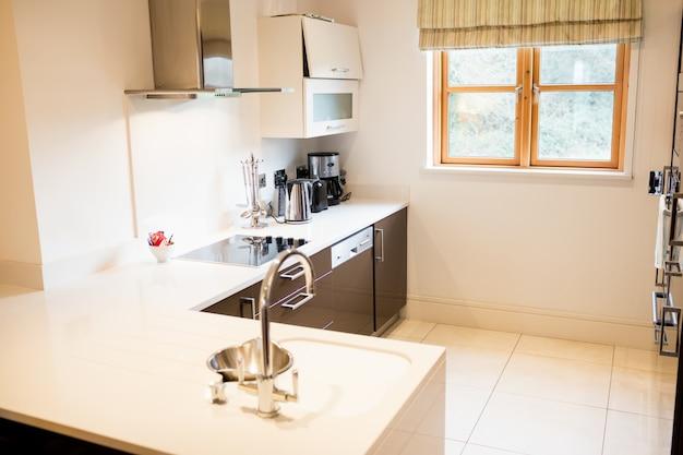Bekijk de lege keuken Gratis Foto