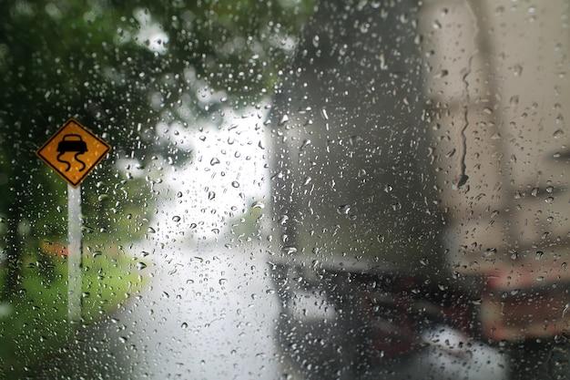 Bekijk door het windscherm van regenachtige dag met verkeersbord, ondiepe scherptediepte samenstelling. Premium Foto