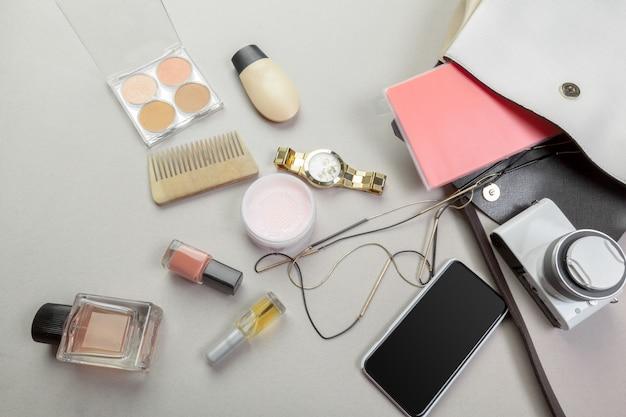 Bekijk op vrouwenzak spullen Premium Foto