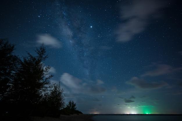 Bekijk universum ruimte shot van melkweg met sterren op nachtelijke hemel Premium Foto