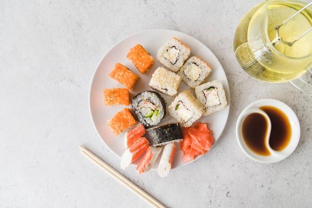 Bekijk van bovenaf sushi assortimenten plaat Gratis Foto