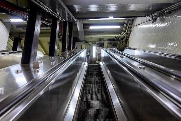 Bekijk van bovenaf van tweerichtingsroltrappen met trap op metro Premium Foto