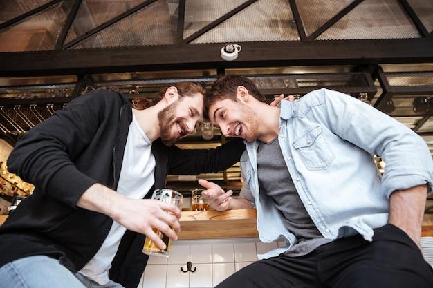 Bekijk van onderen van dronken vrienden op bar Gratis Foto