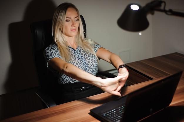 Beklemtoonde onderneemsterzitting bij bureau en het denken van de oplossing terwijl laat het werken voor een computer. Premium Foto