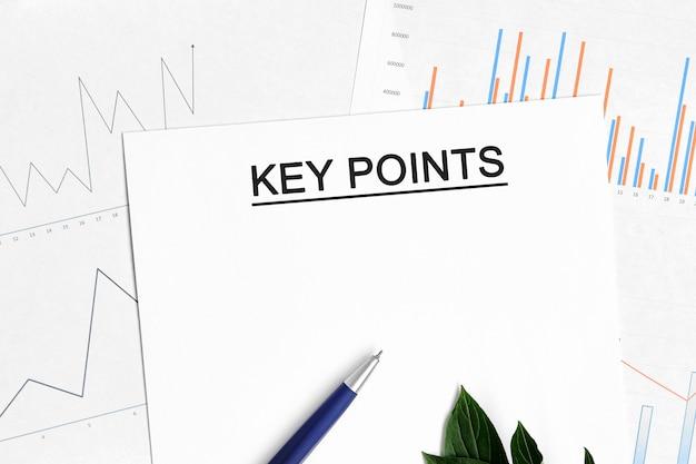 Belangrijkste punten document met grafieken, diagrammen en blauwe pen Premium Foto