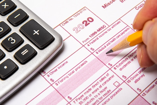 Belastingformulier 1099-misc op een witte achtergrond. Premium Foto