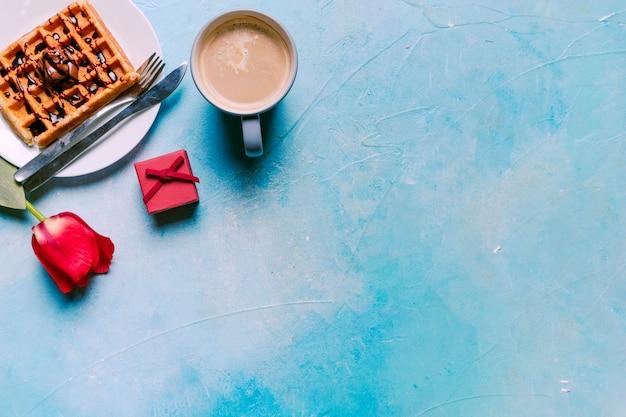 Belgische wafel met rode tulp op tafel Gratis Foto