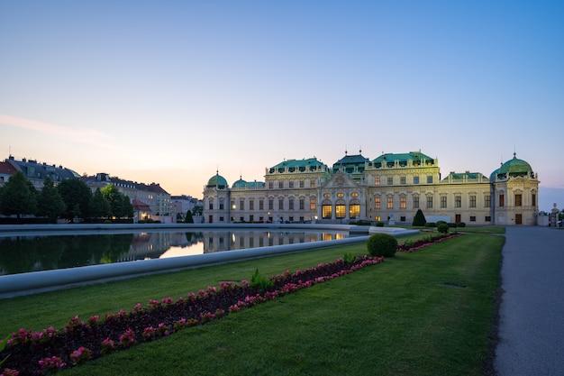 Belvedere paleis bij avondschemering in de stad wenen Premium Foto