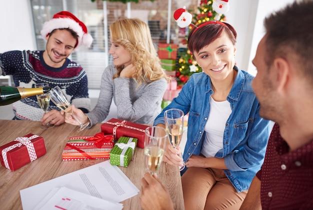 Bemanning van arbeiders die kerstmis vieren Gratis Foto