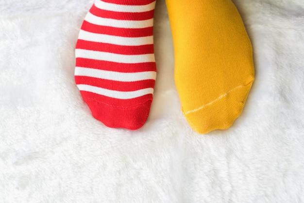 Benen in sokken twee kleuren wisselen elkaar af rode en gele