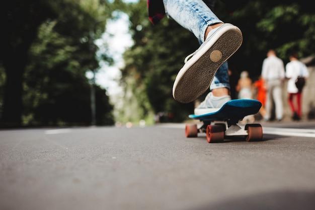Benen op een skateboard Gratis Foto
