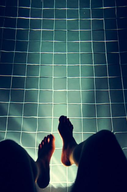 Benen opknoping zwembad licht gloeien Gratis Foto