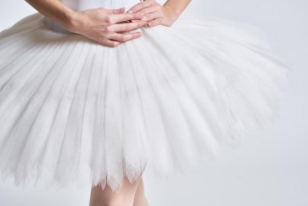 Benen van een ballerina in pointe-schoenen op een lichte achtergrond Premium Foto