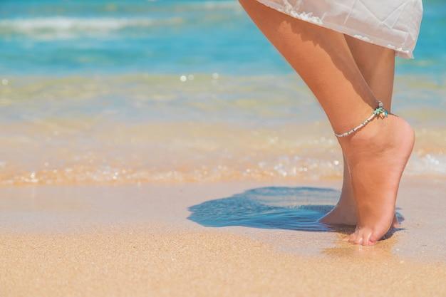 Benen van een meisje aan de kust Premium Foto