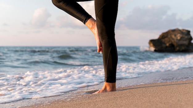 Benen van vrouw mediteren op het strand Gratis Foto