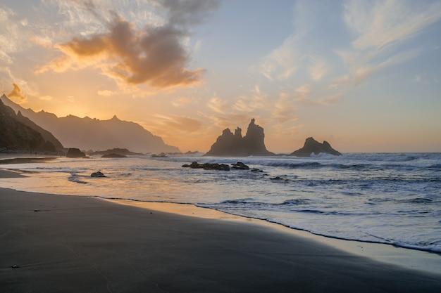 Benijostrand met zonsonderganglicht, anaga, santa cruz de tenerife, canarische eilanden, spanje Premium Foto