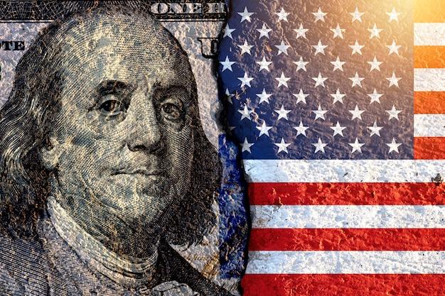 Benjamin franklin ex-president van de vs op amerikaanse dollarbankbiljet en vlag van de vs. Premium Foto