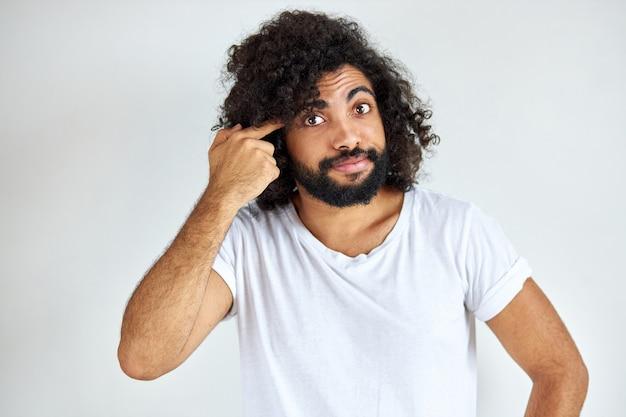 Bepaalde arabische man met baard denkt en kijkt bezorgd Premium Foto