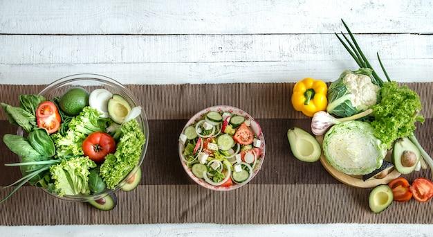Bereiding van gezonde voeding uit biologische producten op tafel Gratis Foto