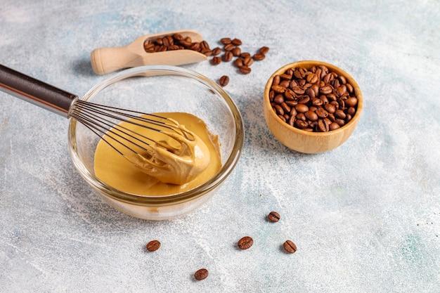 Bereidingsproces trendy luchtige romige dalgona-koffie. Gratis Foto
