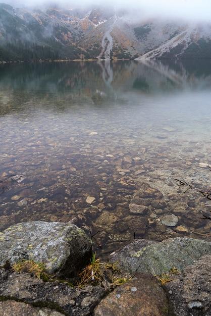 Berg aan het morskie oko-meer dichtbij zakopane, tatra-bergen Premium Foto