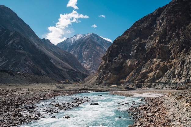 Berg en rivier en blauwe hemel in leh ladakh, india Gratis Foto