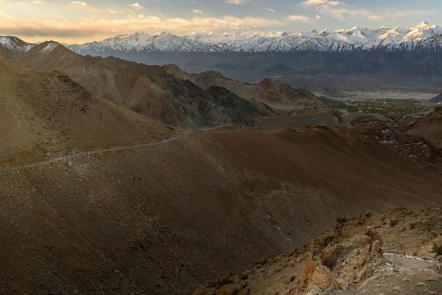 Berg in leh ladakh met zonlicht Premium Foto
