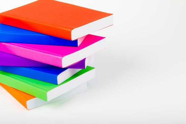 Berg van boeken met een witte achtergrond Gratis Foto