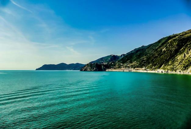 Berg voor het water in italië Gratis Foto