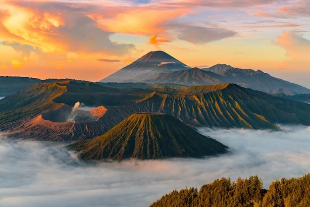 Bergachtig landschap met mist Gratis Foto