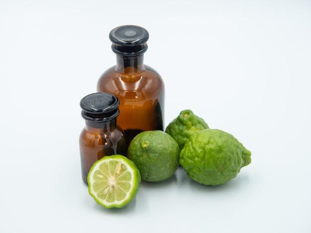 Bergamot, citrus hystrix, bergamotolie, haarbehandelingsolie op wit Premium Foto