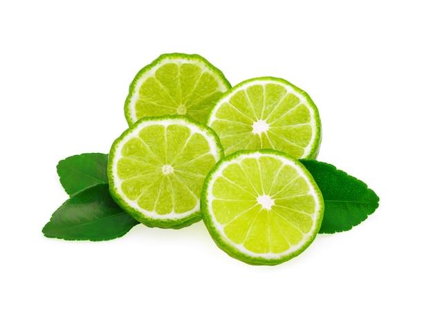 Bergamotfruit met blad op witte achtergrond wordt geïsoleerd die Premium Foto