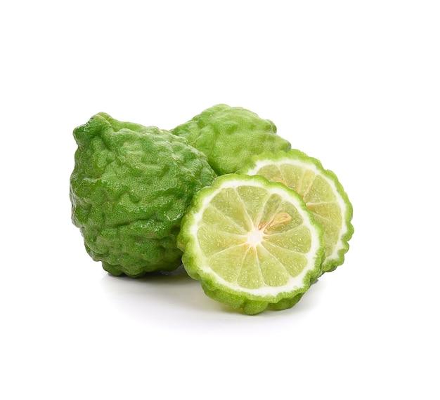 Bergamotfruit met in tweeën gesneden die op wit wordt geïsoleerd Premium Foto