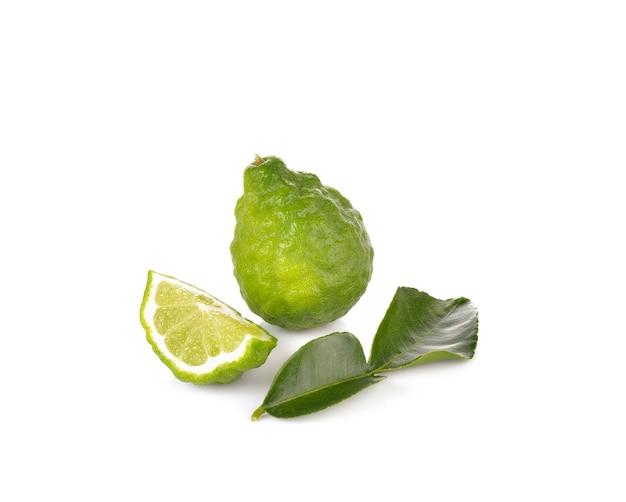 Bergamotfruit op witte muur Premium Foto