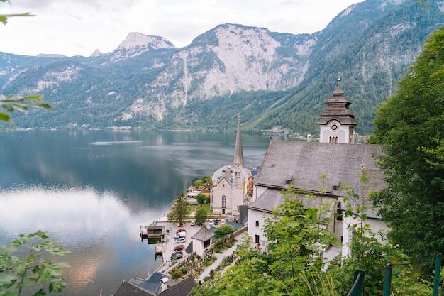 Bergdorp in oostenrijkse alpen in salzkammergut-gebied dichtbij het meer Premium Foto
