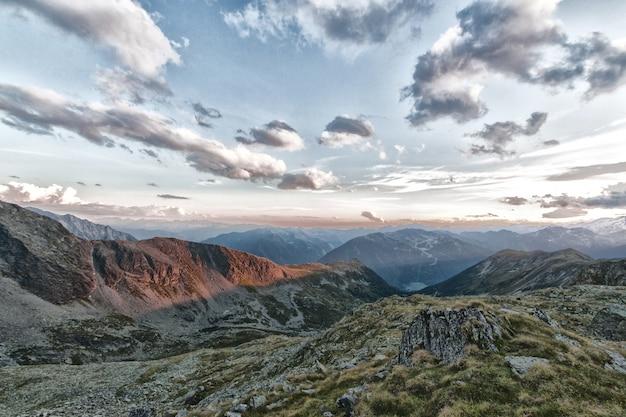 Bergen en bewolkte hemel Gratis Foto
