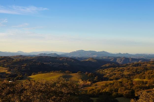 Bergen en bomen van mesa grande in het ochtendlicht, san diego Gratis Foto
